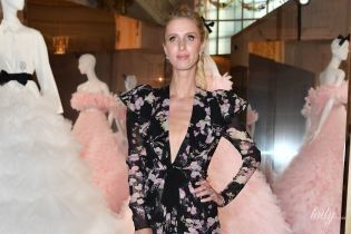 В красивом платье с глубоким вырезом: Ники Хилтон на показе мод