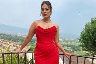 В алом корсетном платье: элегантный образ plus-size модели Эшли Грэм