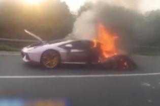 Гиперкар Lamborghini сгорел из-за перегрева у пробке в Китае. Видео