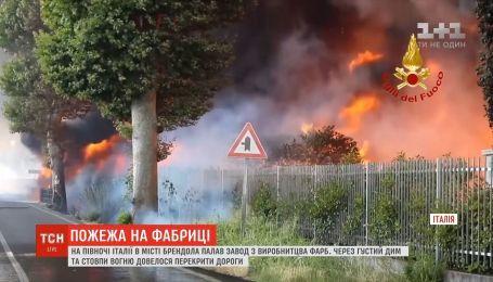 Густой дым и столбы огня: на севере Италии горел завод по производству красок