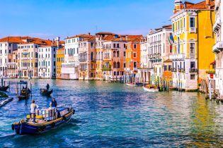 В Венеции туристов оштрафовали на 3000 евро за купание в канале