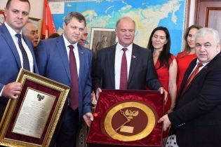 Лідеру комуністів передарували годинник від Захарченка, який просто зняли зі стіни в Донецьку
