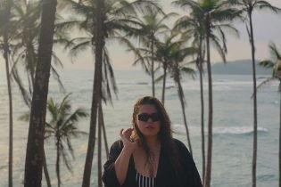 Солистка группы КАZKA в купальнике понежилась в гамаке на отдыхе