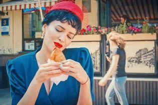 Даша Астафьева в ретро-образе эротично полакомилась киевской перепичкой