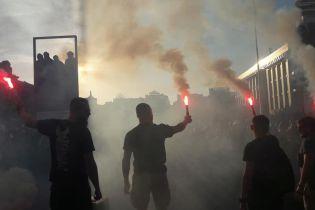 Майдан в дыму. Активисты вышли протестовать против регистрации кандидатами в нардепы Шария и Клюева