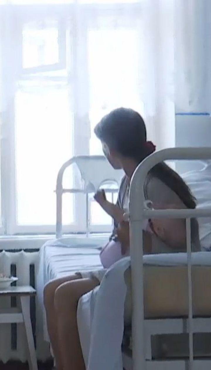 Пьяная мама так катала 8-месячную дочь в коляске, что ее с синяками забрали в больницу