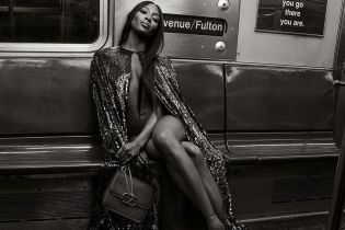 Как богиня: Наоми Кэмпбелл обнаженная и в блестящей накидке спустилась в метро