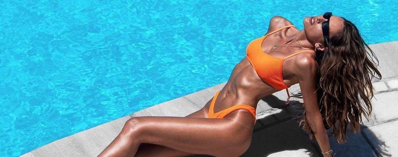 Вот это формы: Изабель Гулар в оранжевом купальнике позирует на греческом курорте