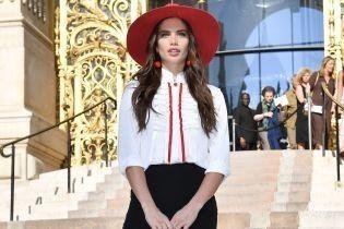 В лаконичном аутфите и красной шляпе: Сара Сампайо на модном шоу