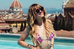 Горячая Леся Никитюк в розовом бикини соблазнительно позировала в бассейне