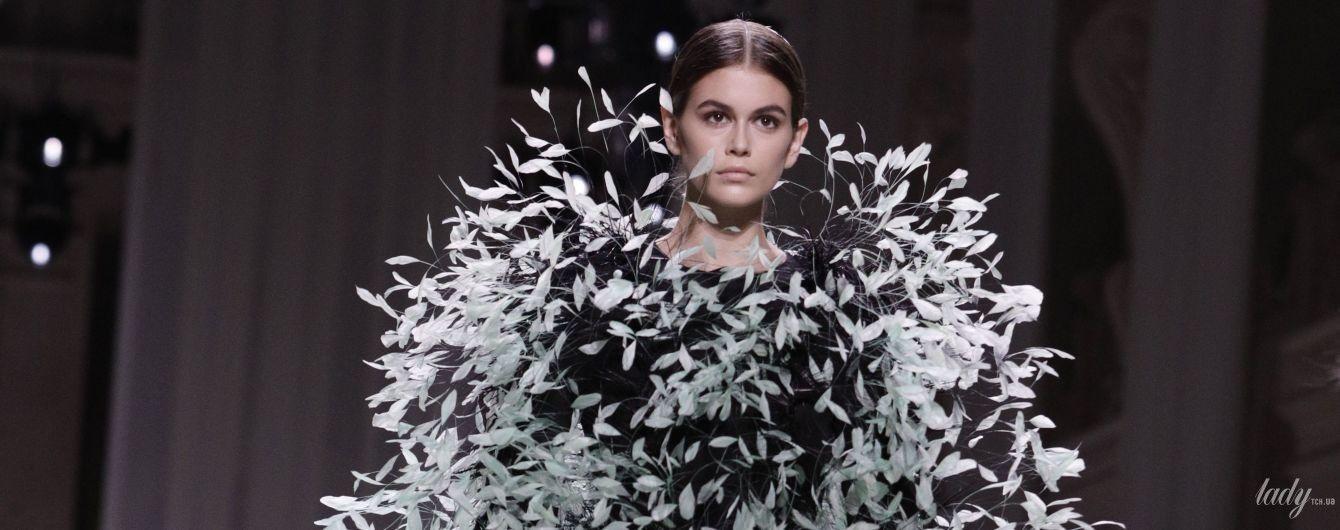 Вся в перьях: Кайя Гербер дефилировала на шоу Givenchy в Париже