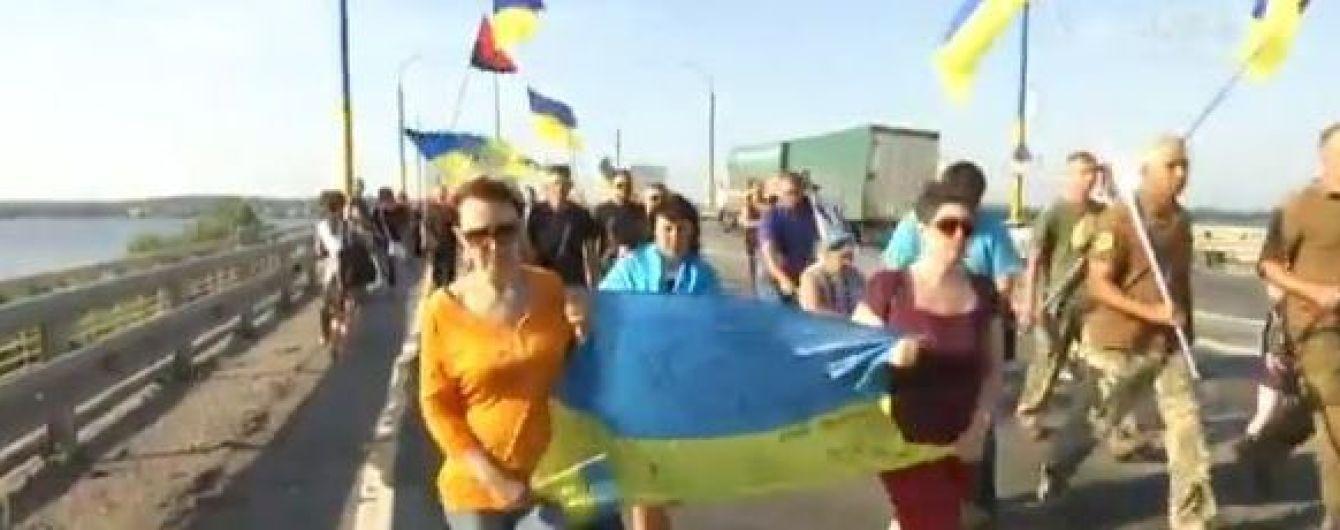 В Херсоне прощаются с погибшей от обстрела медиком: люди идут по городу большой колонной
