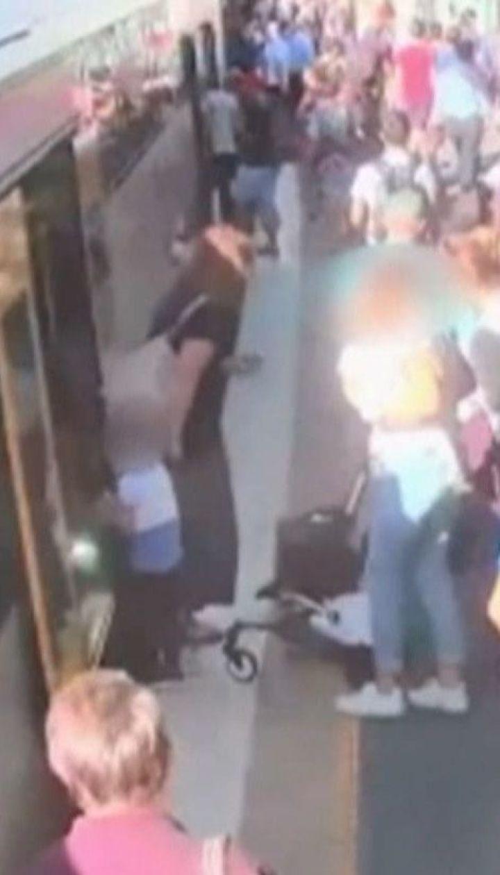 Малюк упав у щілину між платформою і потягом на австралійській станції