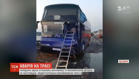 В Одесской области пассажирский автобус зажало между грузовиком и отбойником