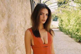 Полностью обнаженная Эмили Ратаковскі в бассейне похвасталась своим загаром
