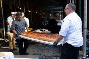 Американці приготували півтораметровий хот-дог і претендують на рекорд Гіннеса