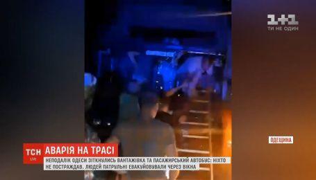Неподалік Одеси зіткнулись вантажівка та пасажирський автобус