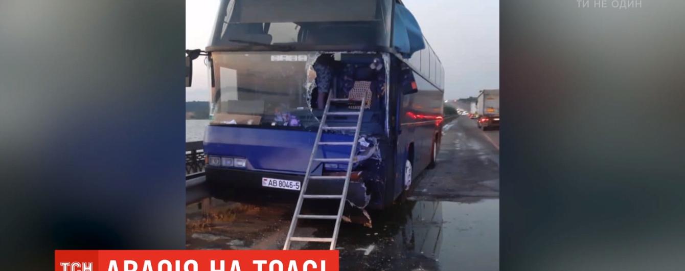 На Одесщине автобус зажало между грузовиком и отбойником