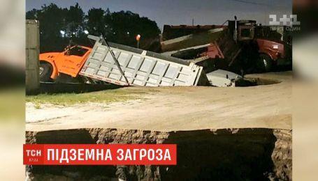 У гігантські дірки в асфальті упали одразу три вантажівки в США