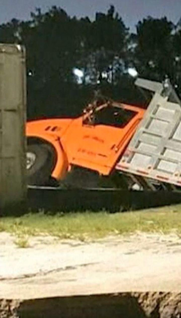 В гигантские дыры в асфальте упали сразу три грузовика в США