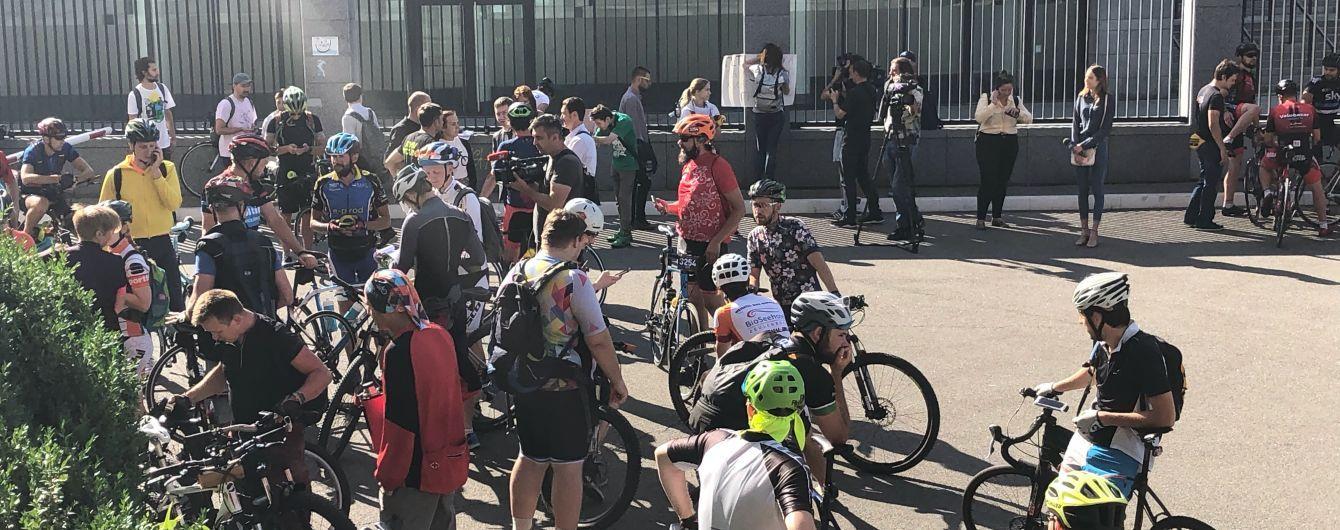 У Києві влаштували акцію проти президента Федерації велоспорту, який нахамив чемпіонці Соловей