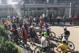 В Киеве устроили акцию против президента Федерации велоспорта, который нахамил чемпионке Соловей
