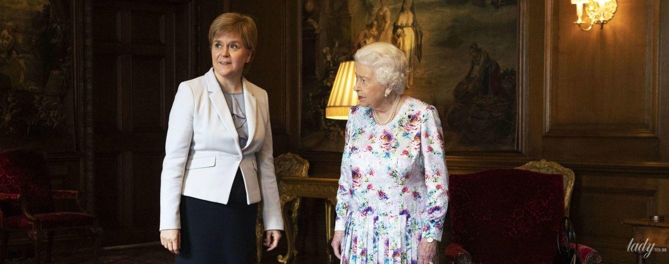 В плиссированном платье: неожиданный образ королевы Елизаветы II на встрече с министром Шотландии