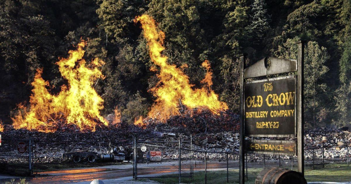 Фото последствий сокрушительного пожара на складе