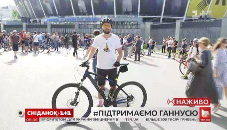 Возле Министерства молодежи и спорта начался митинг в поддержку велосипедистки Анны Соловей