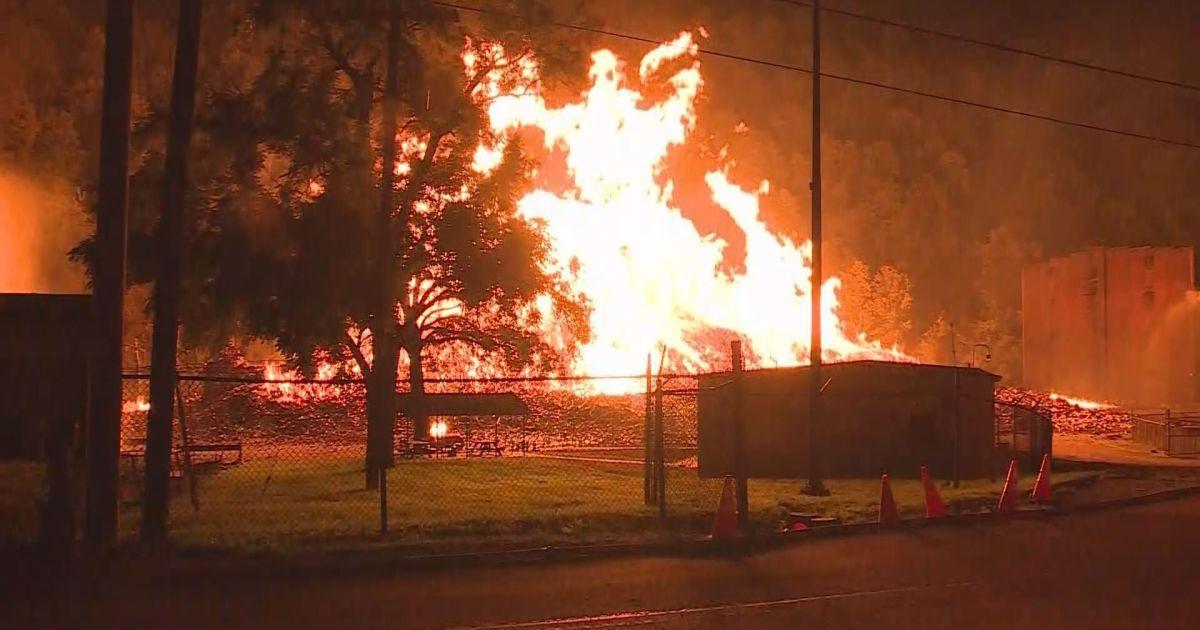Фото наслідків нищівної пожежі на складі @ Twitter/Eric Burke