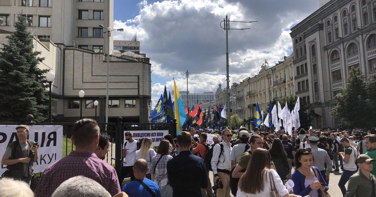 Під Конституційним судом мітингують на підтримку закону про люстрацію - Укрaїнa - TCH.ua