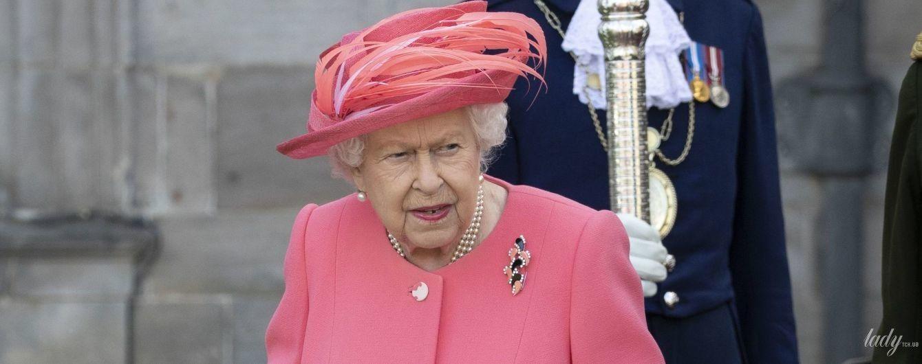 В розовом пальто и шляпе с перьями: королева Елизавета II на садовой вечеринке