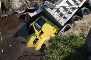 В Соединенных Штатах гигантские дыры в асфальте поглотили сразу три грузовика
