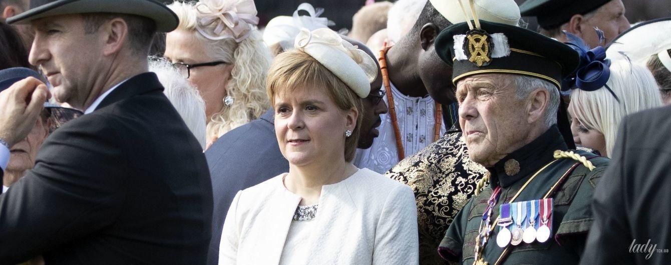 В светлом платье и шляпке: министр Шотландии Никола Стерджен на садовой вечеринке королевы Елизаветы II