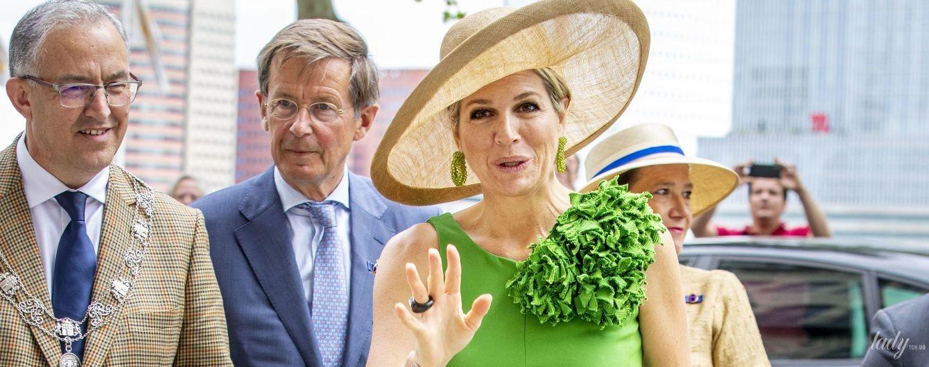 В ярком аутфите и шляпе: королева Максима сходила в музей