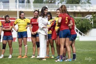 У білому тренчі на полі: королева Летиція на спортивному заході