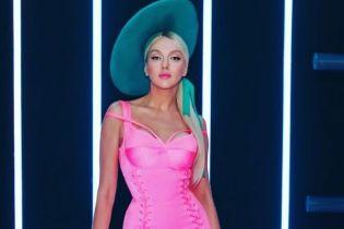 Битва сексуальных образов Оли Поляковой: латексные лосины vs розовое платье