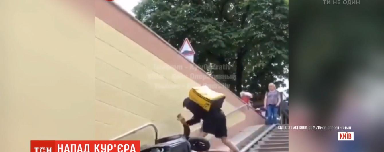 В Киеве курьер одной из сетей доставки избил мужчину шлемом по голове