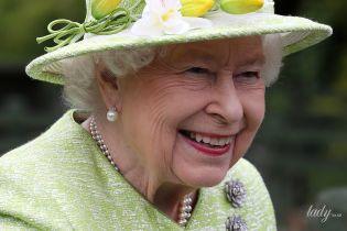 В салатовом пальто и шляпе с цветами: королева Елизавета II съездила на ферму
