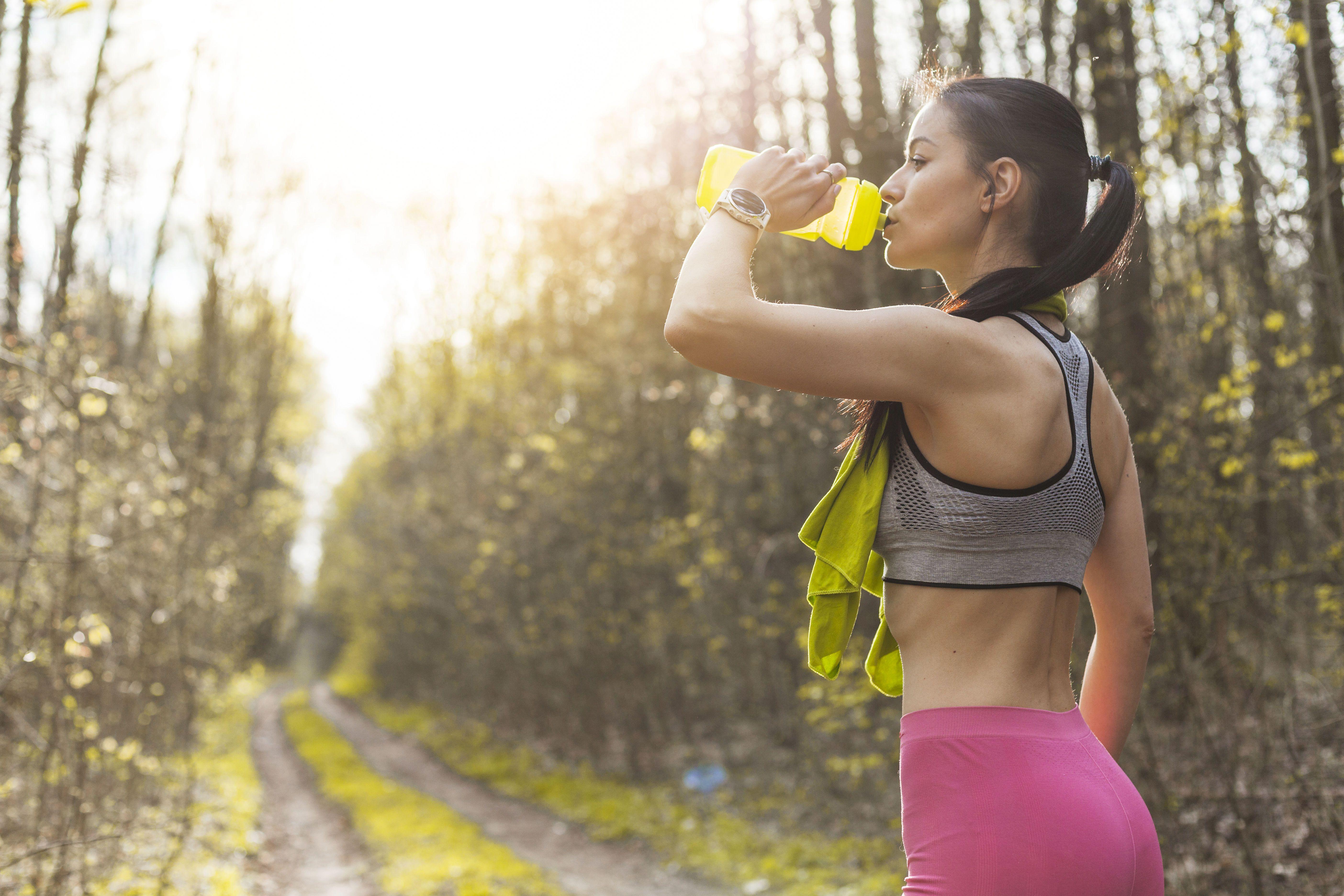 Дівчинка з пляшкою води, літо, спорт