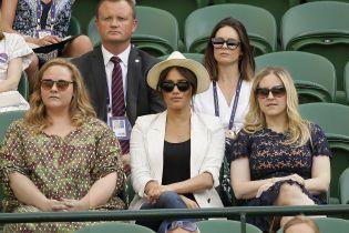 Меган в очках и пиджаке в полоску поддержала свою подружку Серену Уильямс на турнире
