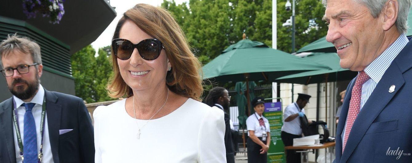 Следует примеру дочери: мама герцогини Кембриджской в белом платье посетила Уимблдонский турнир