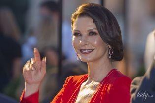 В красном платье с глубоким декольте: Кэтрин Зета-Джонс на модном шоу в Риме