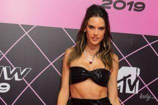 Не хуже Джоли: Алессандра Амбросио блеснула левой ногой в откровенном вечернем платье