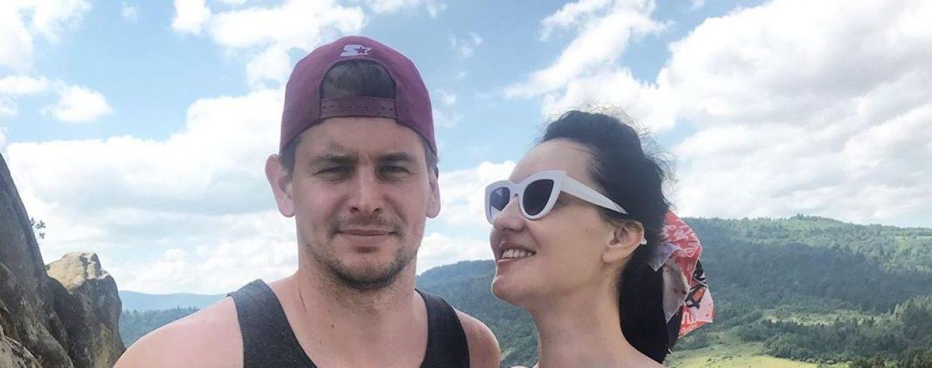 Обворожительная Соломия Витвицкая в купальнике залезла с мужем в дубовую бочку
