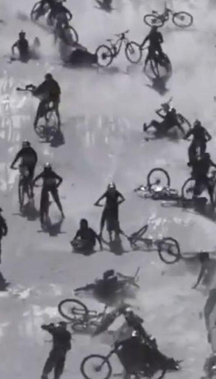 Велоперегони на льодовику у Франції перетворились на жахливе місиво
