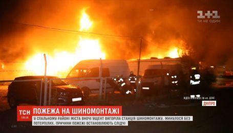 Чрезвычайники и неравнодушные спасли десятки автомобилей от пожара в Днепре