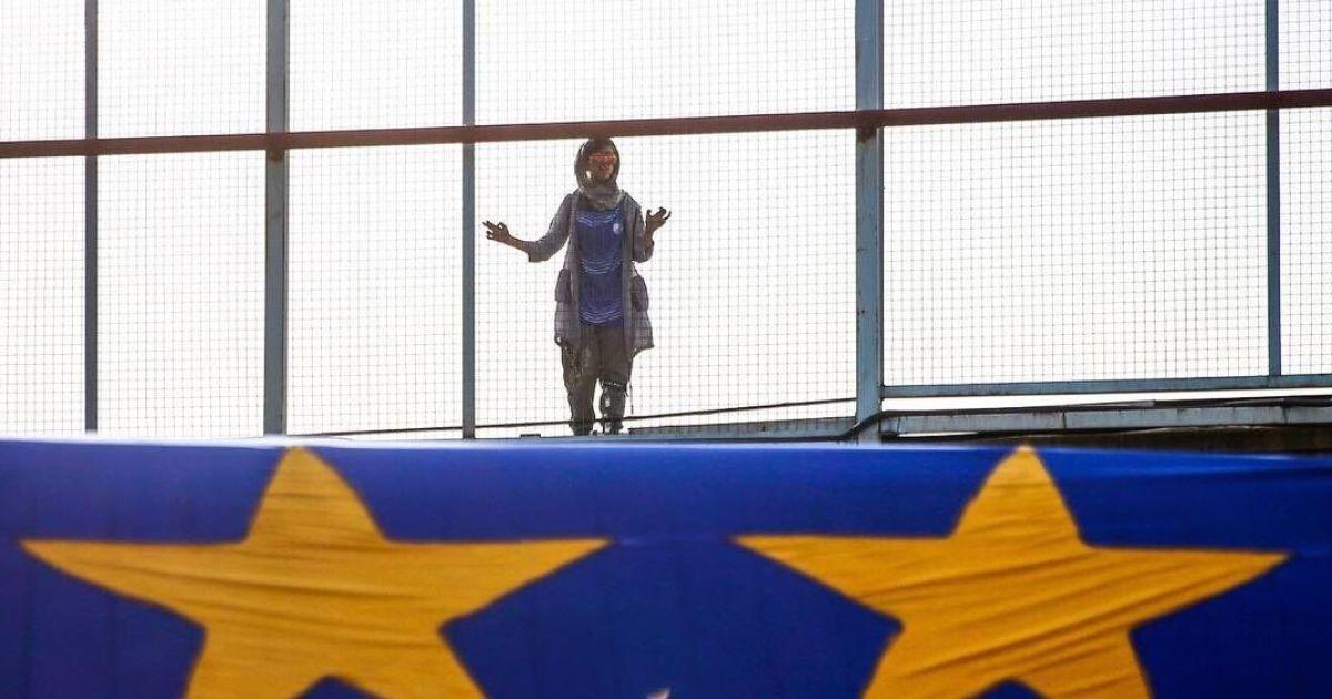 Вірусне фото. Іранська дівчина прийшла подивитися на улюблений футбольний клуб через огорожу