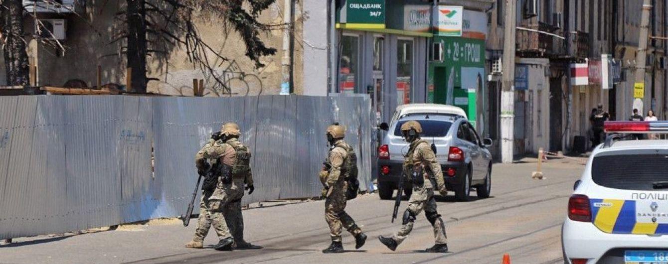 Требовал миллион долларов и вертолет. Полиция освободила заложниц в Одессе и задержала террориста
