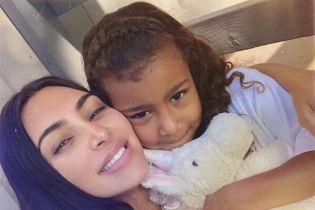 Ким Кардашян показала, как ее полуторагодовалая дочь поправляла кудряшки старшей сестре